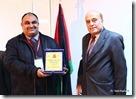الدكتور هاني الحمايدة يستلم درع من مندوب معالي وزير الصحة الدكتور هيثم المحيسن